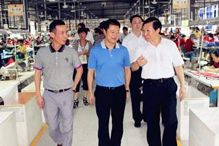 马来西亚客户来到广州寻找可以定制加工男士真皮银包厂家,已经有超过10万个银包由广州市旭源真皮银包皮具厂加工生产供应给客人,客人对品质很满意
